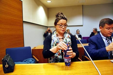 Kirsi-Kaisa Sinisaloa avustaa oikeudessa asianajaja Kaarle Gummerus, joka on viime aikoina ollut runsaasti julkisuudessa avustettuaan Turun terroristipuukottajaa.
