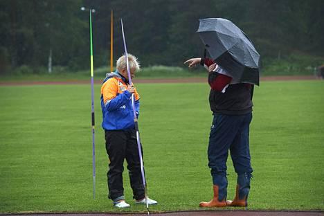 Seppo Rädyn keräämistä mainostuloista pääsevät nauttimaan Tohmajärven urheilijoiden yleisurheilijat, mm. oma valmennettava Oona Sormunen.