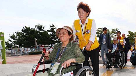 Korean sodassa perheestään erotettu nainen saapui Koreoiden rajalle tavatakseen jälleen hetken ajan perheenjäseniään.
