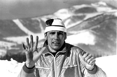 Juha Mieto näytti kuinka monta sekunnin sadasosaa hän jäi pronssista Sapporon olympialaisten 15 km:n matkalla vuonna 1972.
