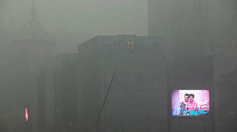 Vain valotaulun välke puski läpi ilmansaasteiden Xianin kaupungissa Kiinan Shaanxin maakunnassa.