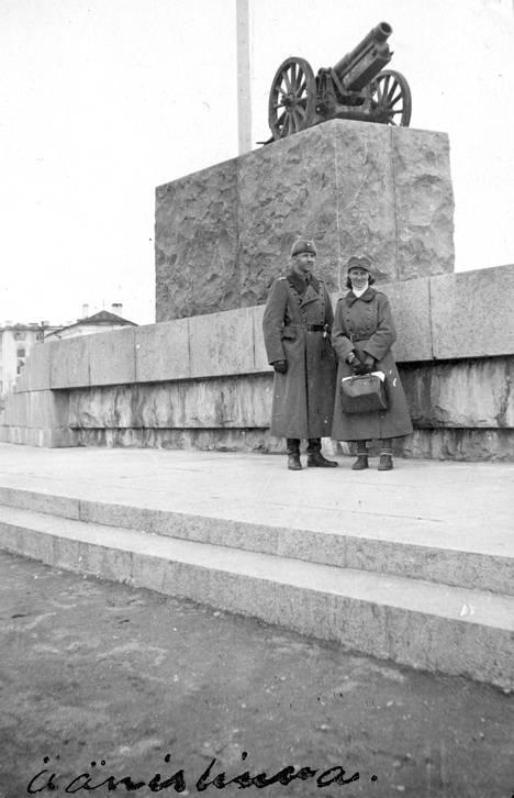 Suomalaiset poistivat Leninin patsaan vallatessaan Petroskoin. Jalustalle sijoitettiin suomalainen tykki, jolla oli suuri symboliarvo. Se oli menetetty talvisodassa Summasta peräydyttäessä, mutta saatu uudelleen takaisin jatkosodassa.