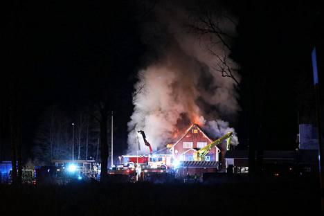 Valkjärven kyläkoulun palo on järkyttänyt paikalle saapuneita sivullisia.