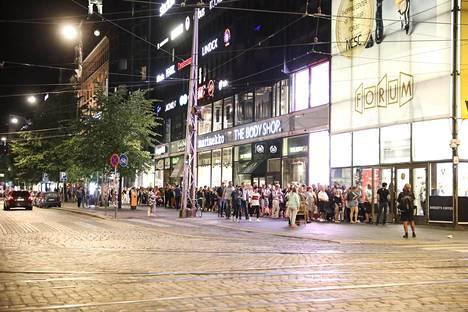Muumin päivä -mukia jonotettiin yöllä Helsingin kauppakeskus Forumin pop-up -myymälässä.