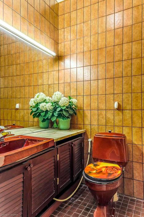 Myynnissä olevan asuntokokonaisuuden kylpyhuoneet edustavat asunnoista poiketen eri aikakausien tyylejä.