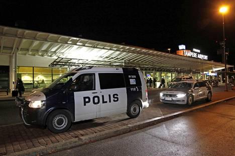 Poliisi ajoi lentokentälle hälytysajona. Yksiköitä oli paikalla paljon.