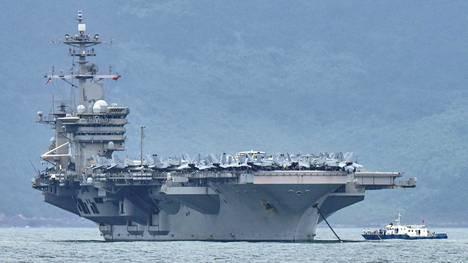 Lentotukialus USS Theodore Roosevelt kuvattuna saapumassa Da Nangin satamaan Vietnamissa.