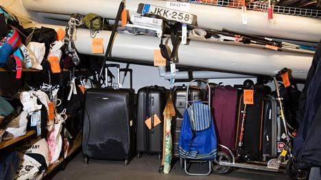 Suomen Löytötavarapisteessä Helsingin Kampissa on yllättävän paljon myös isoja tavaroita.