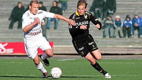 Mika Nurmelan (vas.) edustaman AC Oulun liigalisenssi evättiin.