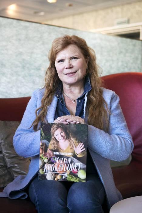Maija Silvennoinen kuvailee uudessa kirjassaan pitkän uransa vaiheita ja ravintola-alalla tapahtuneita muutoksia eri vuosikymmenillä.