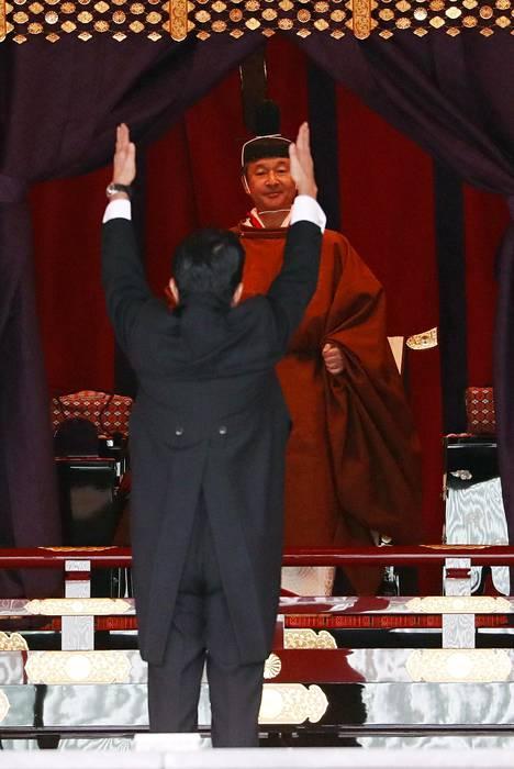 Pääministeri Shinzo Abe kohotti kätensä uuden keisarin edessä.