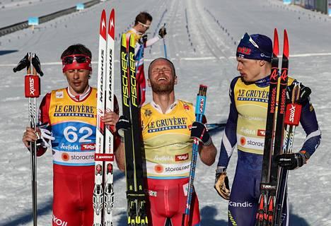 Miesten 15 kilometrin mitalikolmikko: Venäjän Aleksandr Bessmertnyh (vas.) Norjan Martin Johnsrud Sundby ja Suomen Iivo Niskanen.