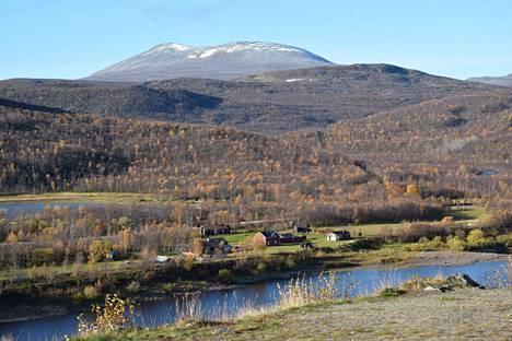 Tenojoen maisema on komeimmillaan matkalla Karigasniemeltä Utsjoelle. Rastigaisan korkea tunturi näkyy Norjan puolella. Sinne suunnitellaan kiistanalaista tuulipuistoa.