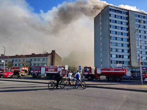 Pelastuslaitos evakuoi kaikkien 162 asunnon asukkaat, ja viisi savua hengittänyttä ihmistä vietiin sairaalaan.