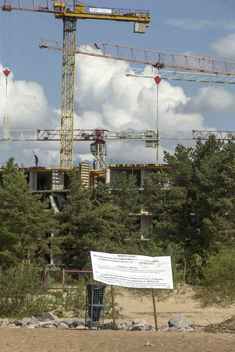Vanhalle rajavyöhykkeelle nousee kerrostalo aivan Suomenlahden tuntumaan. Paikalliset epäilevät, että taloa tehdään Venäjän eliitille.