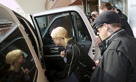 Paris Hilton ja poikaystävä Benji Madden vierailivat eilen Tallinnassa Good Charlotte -yhtyeen kiertueen tiimoilta.