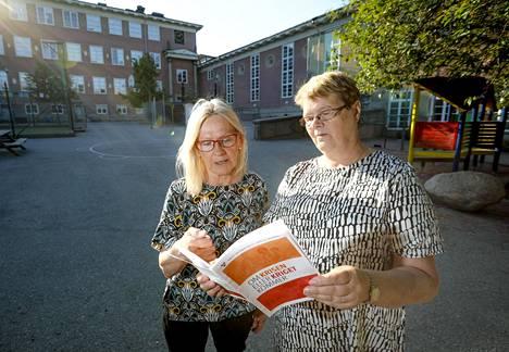 Tukholman Suomalaisen seuran jäsen Anneli Clevenrot ja puheenjohtaja Seija Sjöstedt ovat asuneet Ruotsissa pitkään.