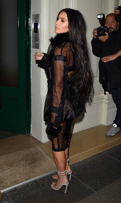Varkaat veivät Kim Kardashianilta miljoonien arvosta koruja. Ryöstön jälkeen Kim perheineen palasi Yhdysvaltoihin ja piti matalaa profiilia useamman kuukauden ajan.