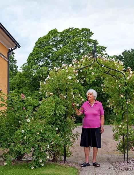Anna Lisa Standertskjöld Brüninghausin elämä ei ole ollut ruusuilla tanssimista. Kerran rahapulassa hän myi 600 kartanon kalkkunaa. – Lähdin Helsinkiin turkki päällä ja yksi kalkkuna paperissa kainalon alla, ja menin keittiömestareiden luokse, hän kertoo.