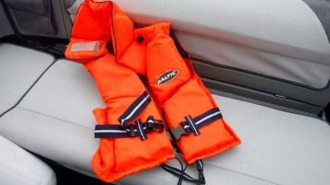Lapin pelastuslaitos muistuttaa, että veneessä lojuvat pelastusliivit harvoin auttavat ketään. Kuvituskuva.