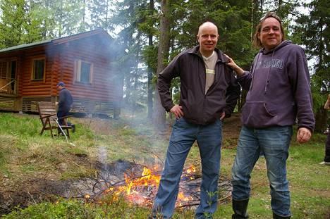Uuden Uuden Suomen päätoimittaja Markku Huusko ja omistaja Niklas Herlin kuvattiin talkoissa Herlinin mökillä Porkkalassa.
