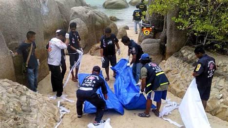 Thaimaan viranomaiset kuljettivat vainajat pois Koh Taon rannalta.