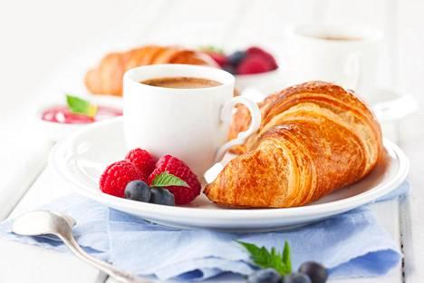 Tuore croisantti ja kahvi ovat myös yksinkertainen ja ihana herkkuaamiainen.
