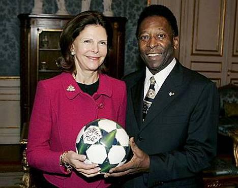 Pelen toive toteutui, kun hän pääsi lounastreffeille kuningatar Silvian kanssa. Jalkapallolegenda lahjoitti kuningattarelle nimikirjoituksellaan varustetun jalkapallon.