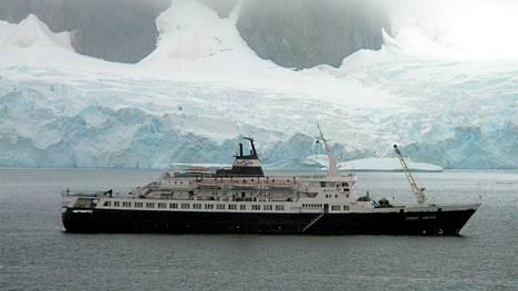 Lyubov Orlova kuvattuna vuonna 2010 Petermannin saarelta, Etelä-Amerikan eteläkärjestä. Kuvanottohetkellä laiva oli vielä käytössä.