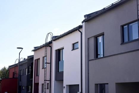 Kaksitoista townhouse-taloa on ollut Jämerä-kivitalojen ryhmärakennushanke. Jämerän osuus on ollut suunnitella ja rakentaa talot perustuksista vesikattoon, ikkunoineen ja ulko-ovineen. Tästä eteenpäin rakentajat ovat teettäneet yhdessä muita töitä. Näin rakentamalla on päästy edullisiin rakennuskustannuksiin.