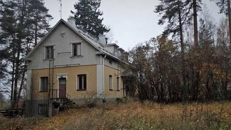 Emäntäkoulun vanhoista rakennuksista muun muassa puutarhurin entinen asunto rapistuu edelleen Lappeenrannan Joutsenossa.