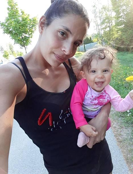 Luisa ja Isla toukokuussa 2018. Luisan mukaan kuvaan tiivistyy tunne ahdistuksesta hymyn takana.