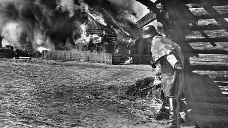 Saksa kävi Neuvostoliittoa vastaan raakaa tuhoamissotaa, jonka pieneksi osaksi suomalainen SS-joukko joutui. Kuvassa SS-panssarikrenatööri itärintamalla heinäkuussa 1943, jolloin suomalaiset olivat jo kotiutuneet.