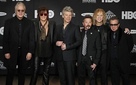 Bon Jovin jäsenet Hugh McDonald, Richie Sambora, Jon Bon Jovi, Alec John Such, David Bryan ja Tico Torres kuvattuna Rock & Roll Hall of Fame -juhlassa huhtikussa 2018.
