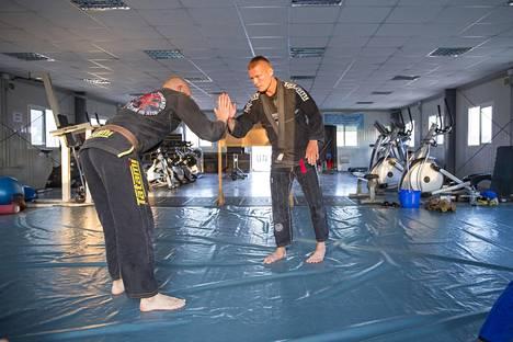 Cardio-huoneessa on myös tatami. Brasilialaisen jujutsun harrastajilla on omat harjoituksensa myös reissussa.