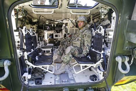 Sotamies Tristan Martinez ajaa työkseen Strykeriä.