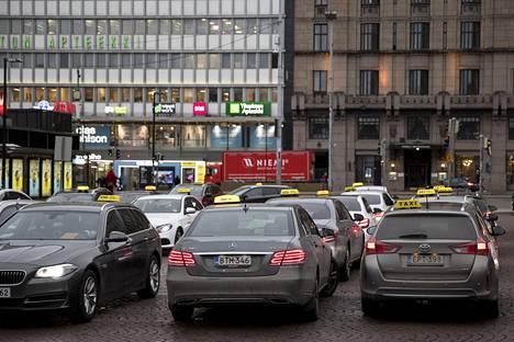 IS kysyi maanantaina Helsingissä Rautatieaseman taksitolpalla, ovatko kuskit kohdanneet rasismia. Kuvan taksit eivät liity juttuun.