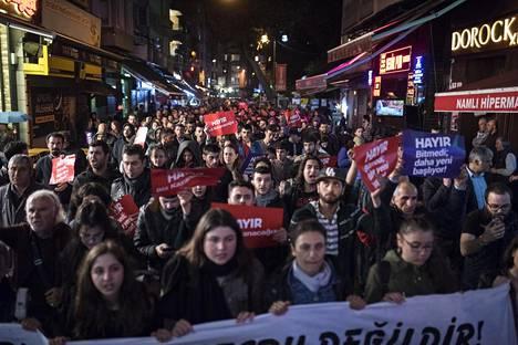 Mielenosoittajia Istanbulin kaduilla maanantaina.