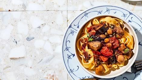 Tämä herkkupasta yhdistää kaksi klassikkoa, eli maailmankuulun pasta alla norman sekä kirpeän kasvismuhennoksen caponatan, jossa on kapriksia ja oliiveja.