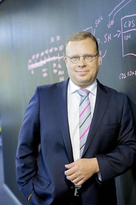 Pekka Väisänen puolustaa pitkiä sopimuksia kiinteissä 5g-liittymissä.