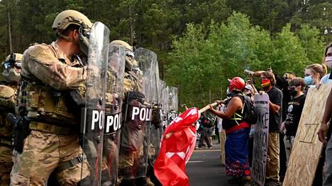 Poliisi ja mielenosoittajat ottivat yhteen Mount Rushmoreen johtavalla tiellä ennen Donald Trumpin vierailua.