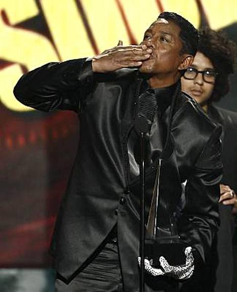 Jermaine Jackson otti vastaan veljensä Michael Jacksonin voittamat palkinnot.
