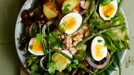 Talvella Nizzan salaattiin paahdetaan perunat rapeiksi ja pavut ja munat keitetään juuri ennen tarjoilua.