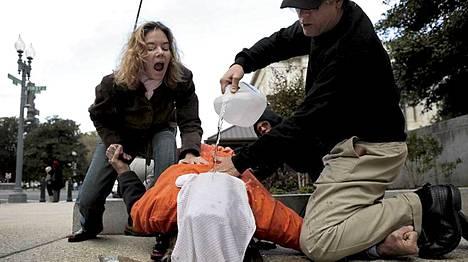 Mielenosoittajat esittivät vesikidutusta Washingtonissa vuonna 2007.