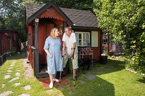 Timolla ja Kristiinalla on oma piha Suomen vanhimmalla, 1930-luvulla rakennetulla siirtolapuutarha-alueella.