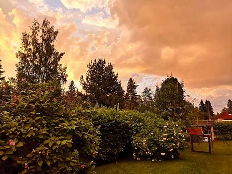 Tältä näytti taivas ennen sadetta.