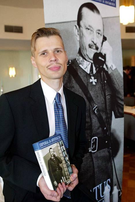 """Tohtori, dosentti Lasse Laaksosen kirja """"Eripuraa ja arvovaltaa – Mannerheim ja kenraalien henkilösuhteet ja johtaminen"""" julkaistiin syyskuussa 2004."""
