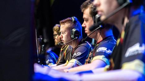 Kilpapelaaminen on rajussa kasvussa, joka on noteerattu oppilaitosten lisäksi nyt myös puolustusvoimissa. Kuvassa Counter-Strikessä vuonna 2016 MM- ja SM-kultaa voittanut ENCE eSports -joukkue.