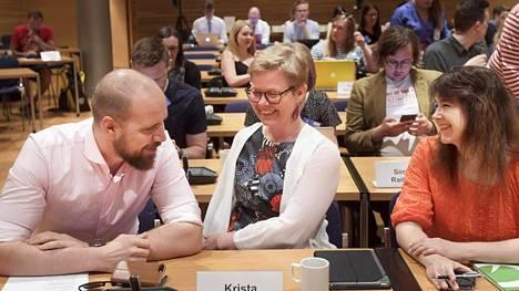 Vihreiden puheenjohtaja Touko Aalto, eduskuntaryhmän puheenjohtaja Krista Mikkonen ja kansanedustaja Johanna Karimäki (oik) puoluevaltuuskunnan kokouksessa Helsingissä lauantaina 26. toukokuuta.