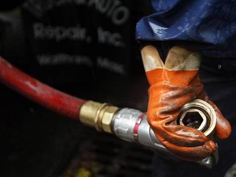 Öljylämmittäjä voi säästää satasia, jos säiliön täyttö osuu näihin aikoihin.